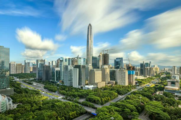 Shenzhen bajo el cielo azul - foto de stock