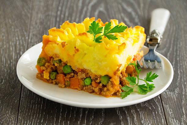 shepherd's pie, englische küche - gemüseauflauf mit hackfleisch stock-fotos und bilder
