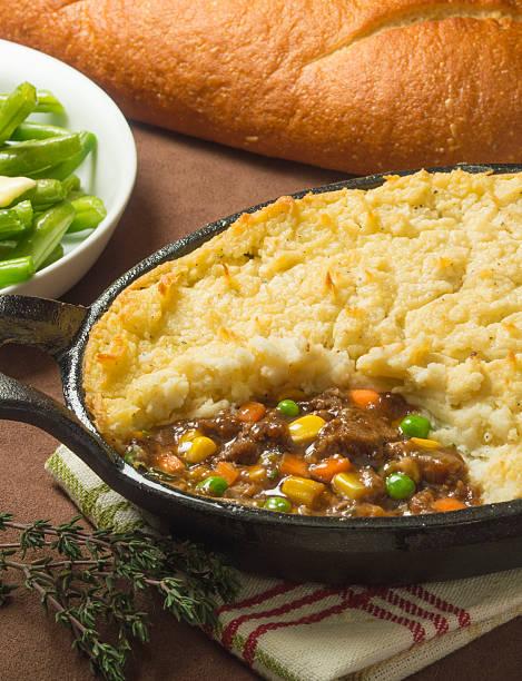 shepherds pie - gemüseauflauf mit hackfleisch stock-fotos und bilder
