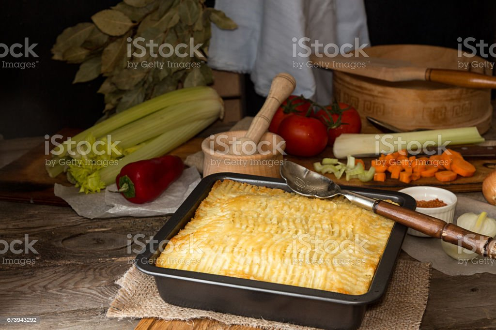 Shepherd's pie traditional english dish. Recipe with minced beef, lamb, carrot, onion, celery, mashed potato baked in casserole. foto de stock royalty-free