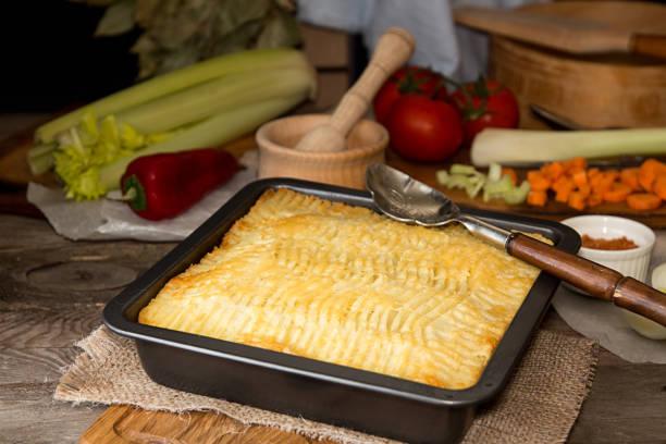 shepherd's pie englische traditionsgericht. rezept mit hackfleisch, lamm, karotten, zwiebel, sellerie, kartoffel-püree in kasserolle gebacken. - gemüseauflauf mit hackfleisch stock-fotos und bilder