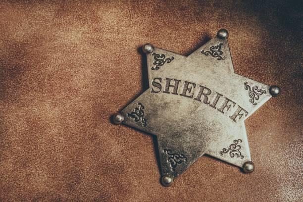 sheriff-märke på brunt läder textur bakgrund. - celebrities of age bildbanksfoton och bilder