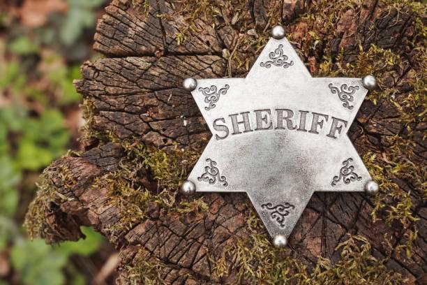 sheriff abzeichen auf hölzernen hintergrund. - sternmoos stock-fotos und bilder