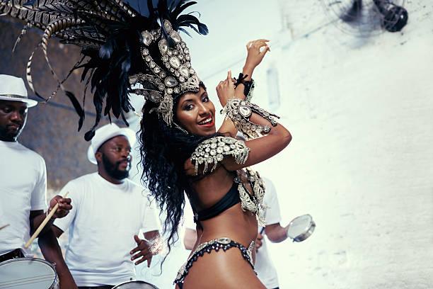 sie ist eine hervorragende samba mit queen-size-bett - sambatrommeln stock-fotos und bilder
