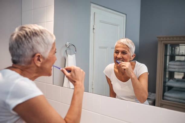 sie ist alles über zahnhygiene! - alte spiegel stock-fotos und bilder