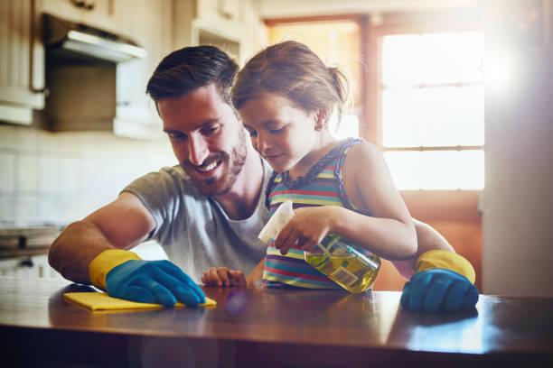 Ela está sempre disposta a ajudar o pai ter o trabalho de casa feito - foto de acervo