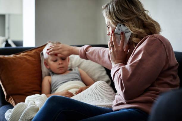 está llamando a su médico para recibir asesoramiento médico experto. - enfermedad fotografías e imágenes de stock
