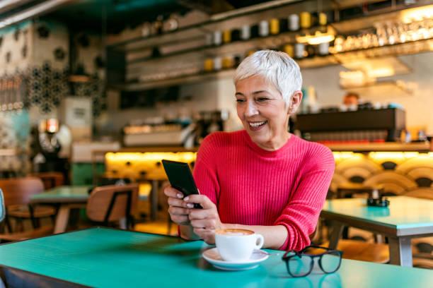 Elle a trouvé le café avec le wifi le plus rapide - Photo