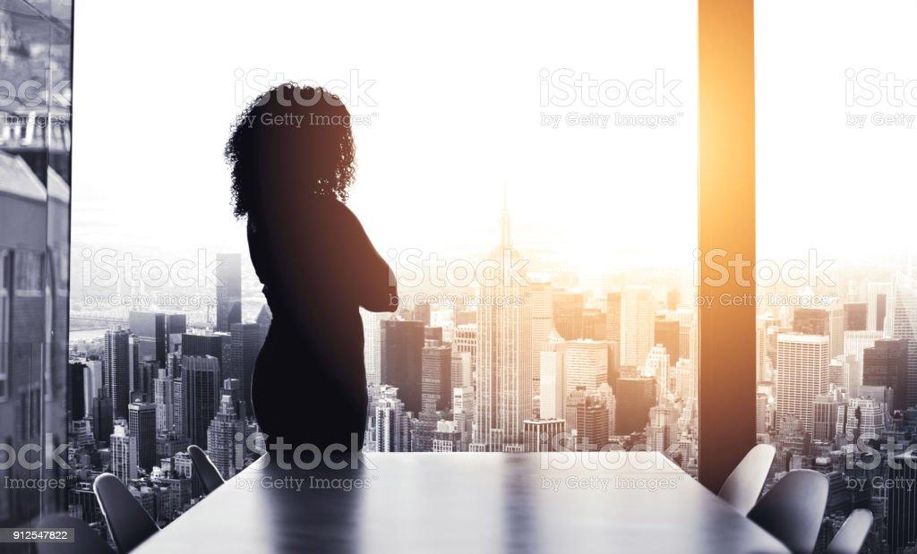 彼女は街を実行する大きな計画を持っています。 ストックフォト