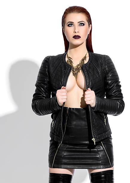 sie hat einen sexy look - leder leggings stock-fotos und bilder