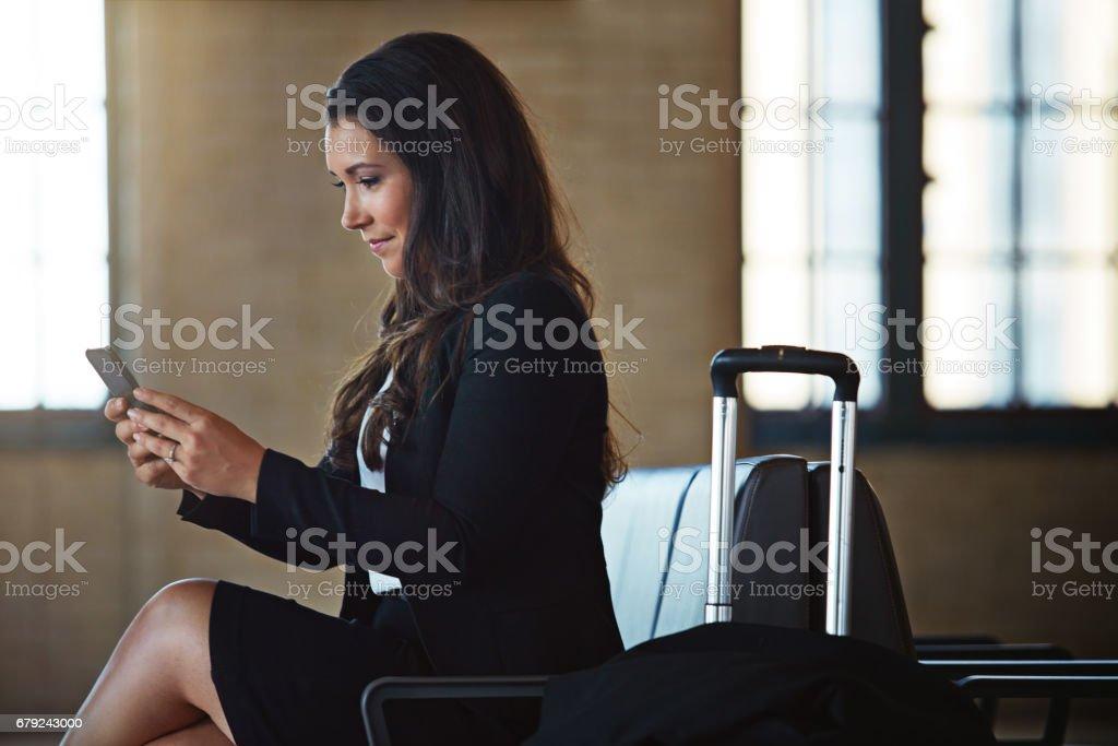 Elle est jamais hors de contact avec son bureau photo libre de droits