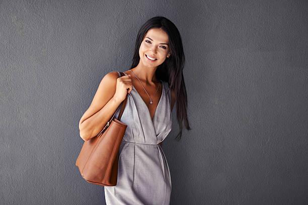 She'Embalaje de un bolso y una sonrisa - foto de stock