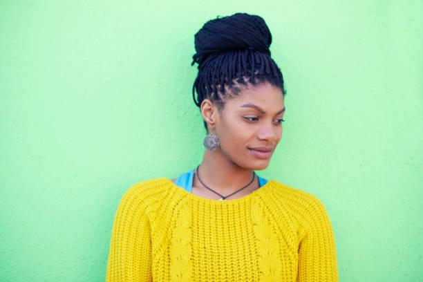 elle a perfectionné le look chignon tressé - coiffure africaine photos et images de collection