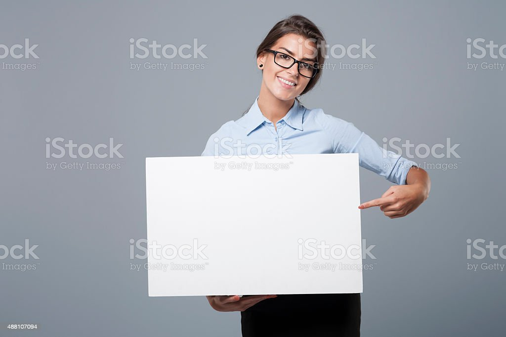 Ela está mostrando no quadro branco - foto de acervo
