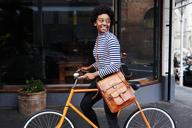 è sorridente sulla città - ciclismo foto e immagini stock
