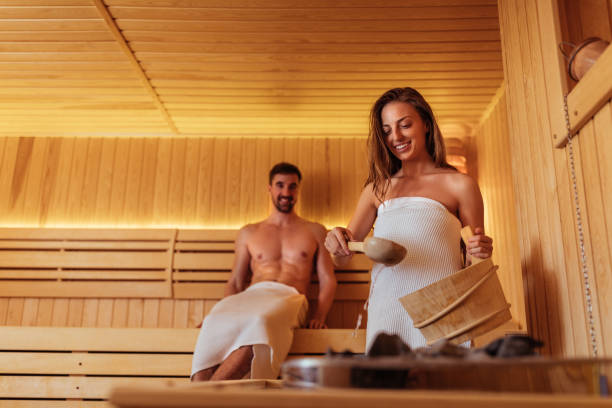 lo sta fumando - sauna foto e immagini stock