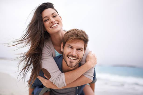 sie das beste strand-buddy - romantische strand fotos stock-fotos und bilder