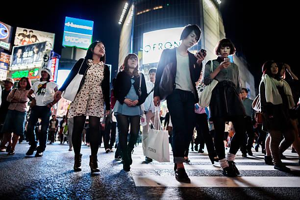 shibuya-kreuzung tokio, japan - neontasche stock-fotos und bilder