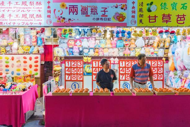 shilin night market spiele stehen - pinball spielen stock-fotos und bilder