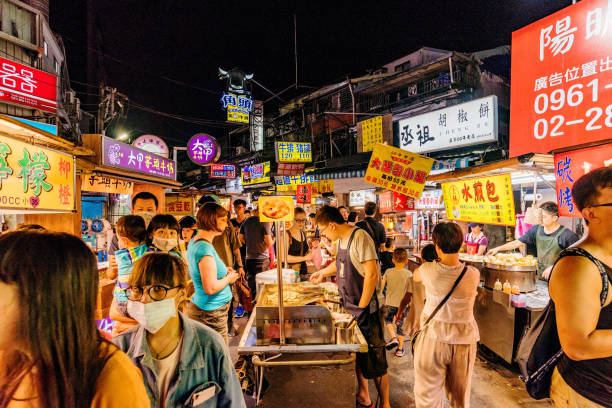 Shilin night market Taipei: This is Shilin night market a famous night market where many people come to try Taiwanese food and go shopping on July 11, 2017 in Taipei night market stock pictures, royalty-free photos & images