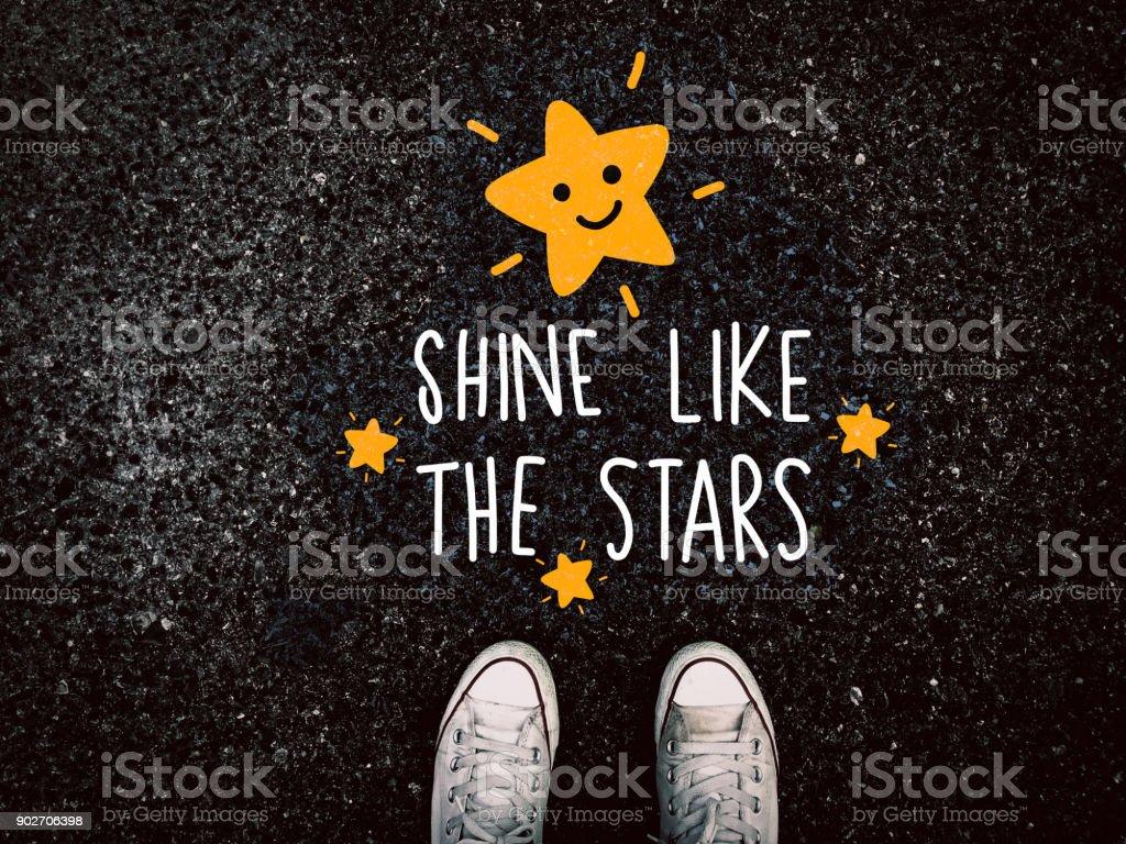 Brillar como las estrellas en los zapatos de la zapatilla de deporte en carretera de grunge - foto de stock