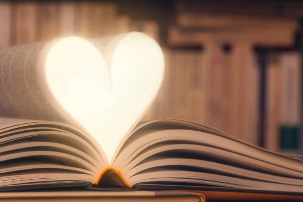 Glänzende Herzform mit Buchseiten Nahaufnahme gemacht. Liebe Lesekonzept mit Kopierraum. Wissen, Literatur, Roman, Alphabetisierung, Lesen, Bibliothek konzeptuelles Bild. – Foto