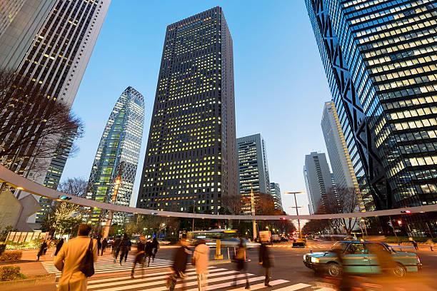 quartiere degli affari di shinjuku, tokyo, giappone - quartiere finanziario foto e immagini stock