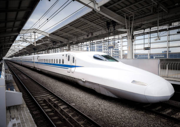 shinkansen-hochgeschwindigkeitszug am bahnhof kyoto - hochgeschwindigkeitszug stock-fotos und bilder