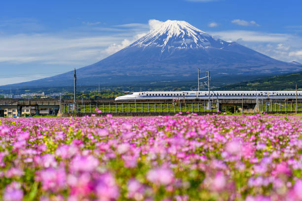 shinkansen-hochgeschwindigkeitszug pass berg fuji - hochgeschwindigkeitszug stock-fotos und bilder