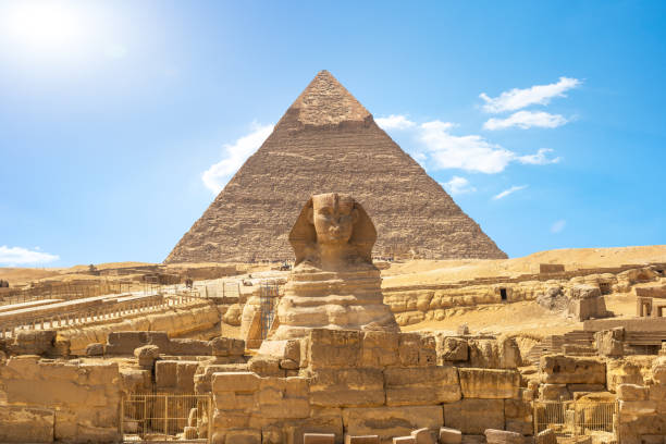 shinx en piramide - egypte stockfoto's en -beelden