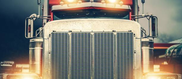 glänzender amerikanischer semi-truck - nutzfahrzeug stock-fotos und bilder