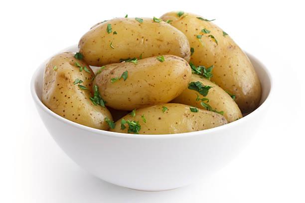 glänzende gekochte kleinen kartoffeln mit petersilie in schüssel. - salzkartoffel stock-fotos und bilder