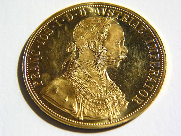 glänzendes gold ducat geldmünze - aurum stock-fotos und bilder