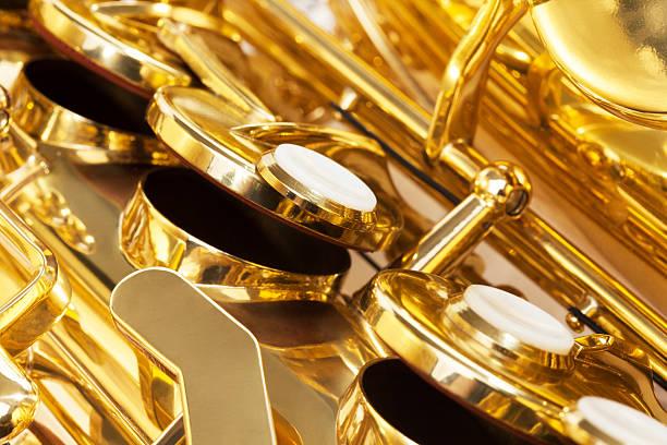 glänzend goldenen schlüssel des altsaxophon nahaufnahme anzeigen - altsaxophon stock-fotos und bilder