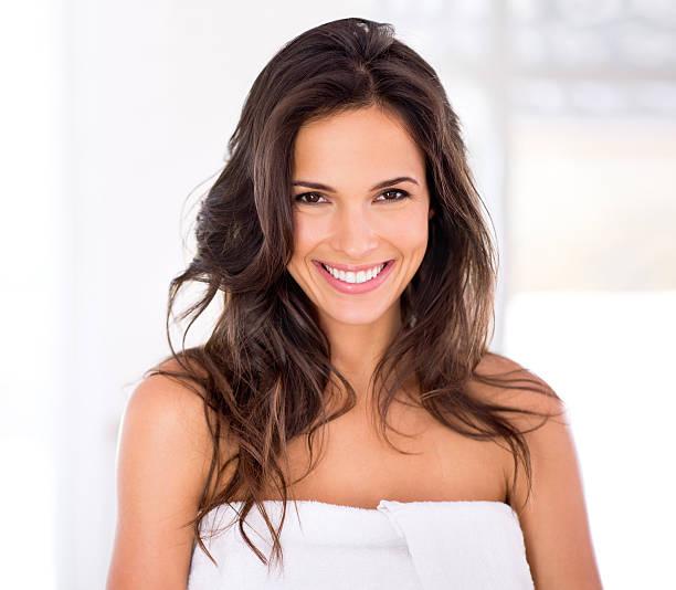 glänzendes haar und raidant lächeln für sie und ihn - feminine badezimmer stock-fotos und bilder