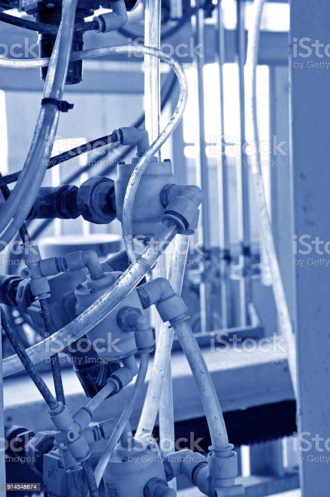 Glänzende Industrieanlagen und Verrohrung, Verkabelung und andere Verbindungsfactory – Foto