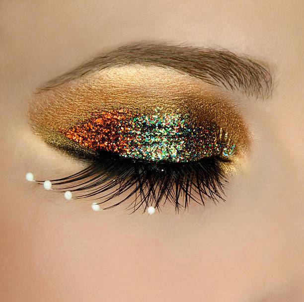 glänzende make-up - goldenes augen make up stock-fotos und bilder