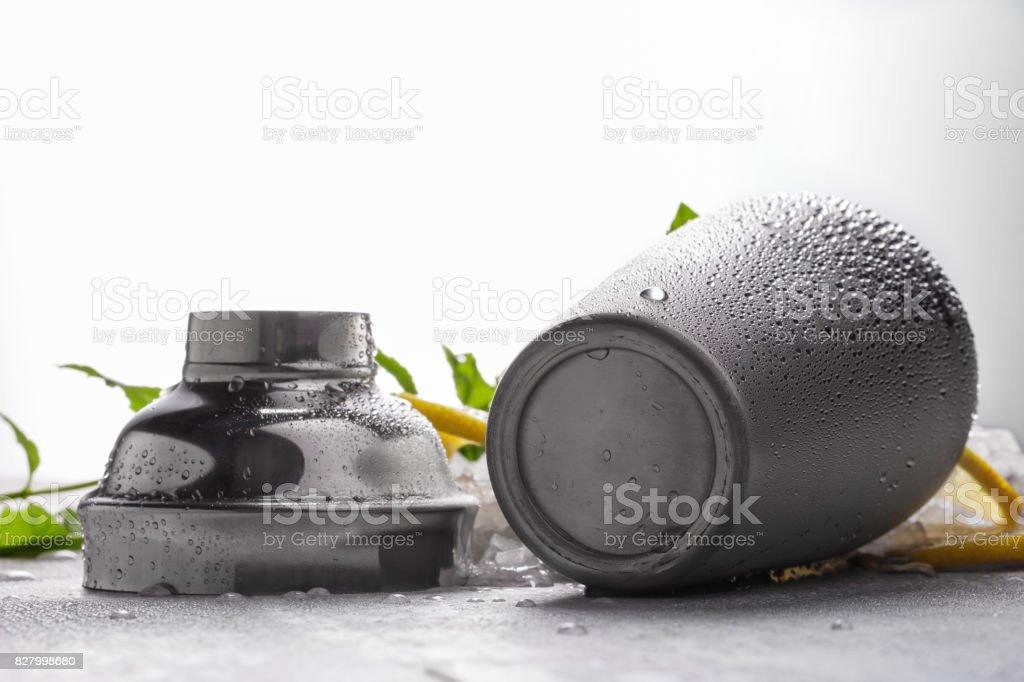 Coctelera metal brillante sobre un fondo gris. Contenedor gris abierta sobre una mesa gris. Un tarro para hacer cócteles. - foto de stock