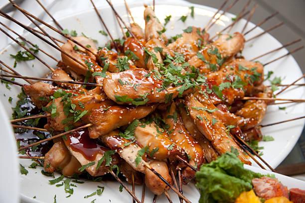 Glänzende asiatisches Barbecue-Hühnchen-Teriyaki-Spieße auf weißen Teller – Foto