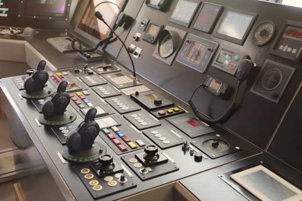 schiffskapitänsbrücke, fernbedienung - rudermaschine stock-fotos und bilder