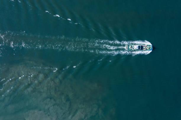 船が水を交差させる - 船舶 ストックフォトと画像
