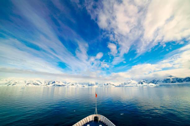 Barco en la Antártida - foto de stock