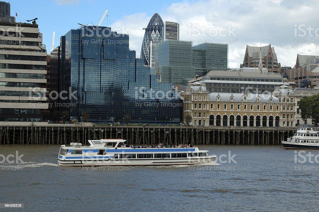 Nave sul fiume Tamigi, a Londra foto stock royalty-free