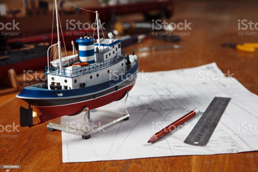 Modelo de navio fica em cima da mesa - foto de acervo