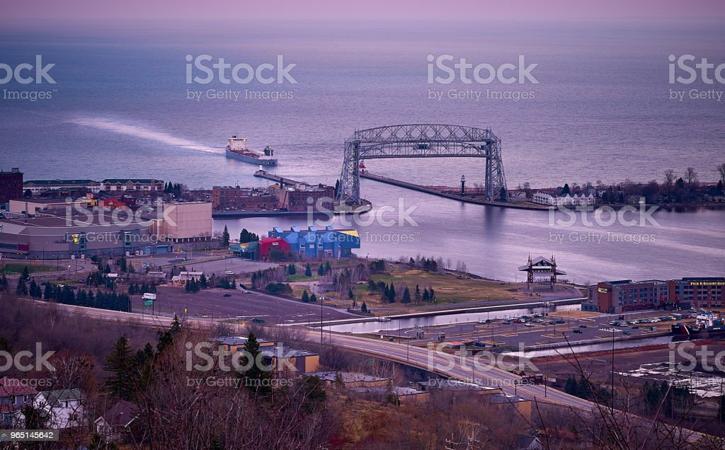 Ship passing through Duluth Lift bridge Minnesota zbiór zdjęć royalty-free