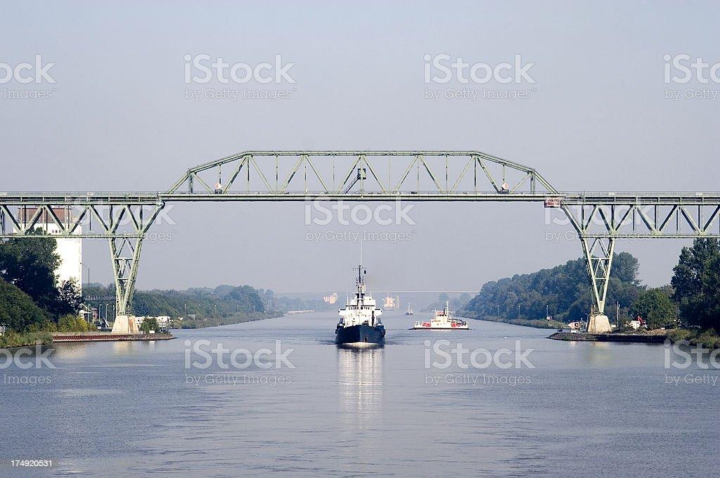 Schiff Sie unter der Eisenbahnbrücke, Nord-Ostsee-Kanal, Deutschland – Foto