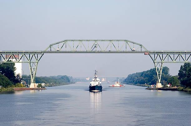 schiff sie unter der eisenbahnbrücke, nord-ostsee-kanal, deutschland - kiel stock-fotos und bilder