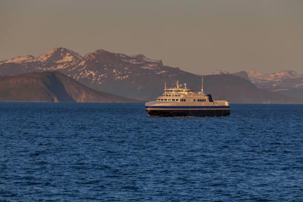 fartyg som seglar på det blå vattnet i de norska fjordarna i polardag, midnattssol. fotot är taget vid 14-tiden på kvällen. - ferry lake sweden bildbanksfoton och bilder