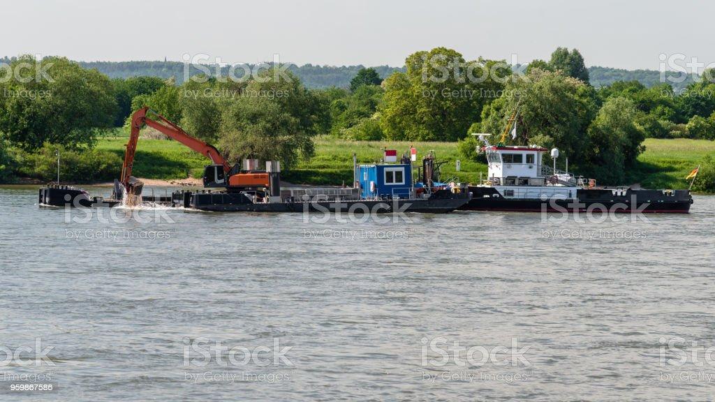 Schiff mit Bagger Vertiefung der Grund des Flusses. – Foto