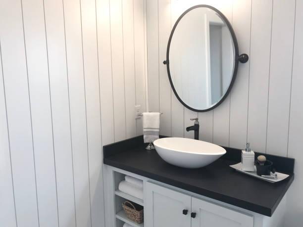 shiplap-badroom - badezimmer rustikal stock-fotos und bilder